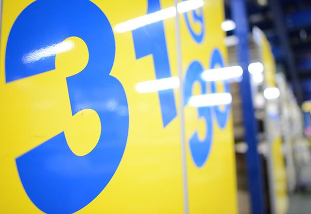 黄・青色棚看板の写真