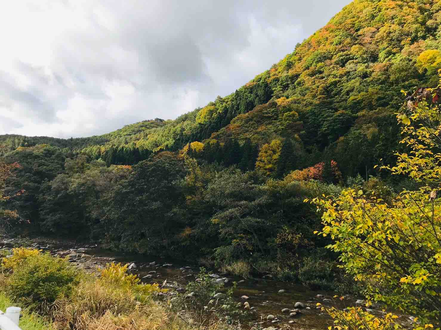 紅葉が綺麗な福島県、大内宿
