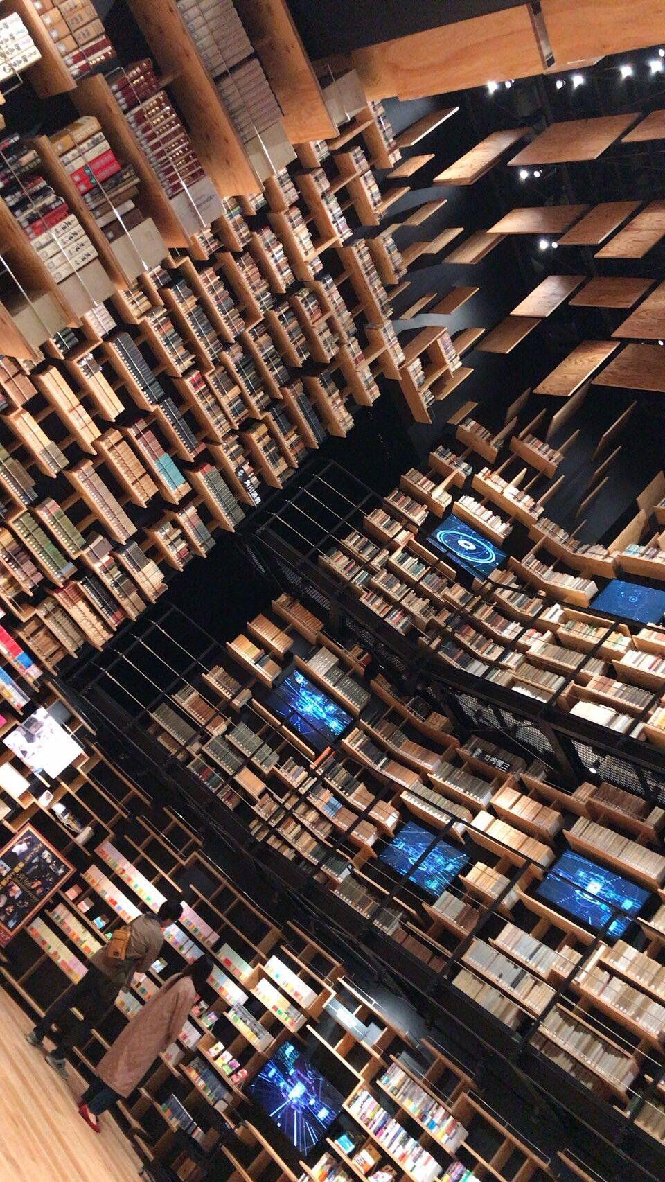 角川ミュージアム、複雑に並べられた本棚